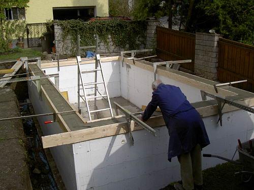 Poolumrandung Holz Anleitung ~  Der Betonkranz wird nur auf die Isoliersteine der Poolumrandung