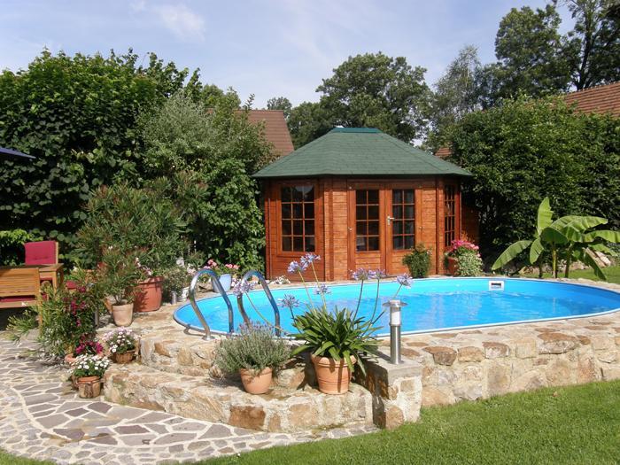 ein gartenhaus mit pool. Black Bedroom Furniture Sets. Home Design Ideas